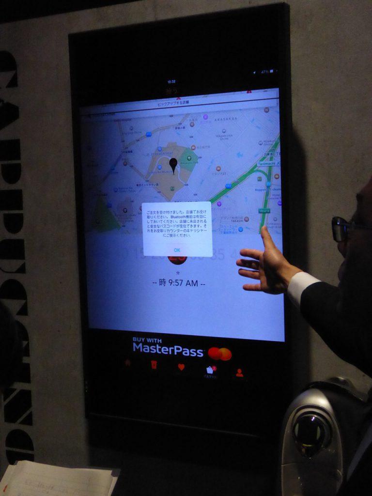 写真X MasterPassアプリによるカフェ注文の事前オーダー。アプリから商品を選択、ネット決済後、商品受け取りに店舗へ向かう