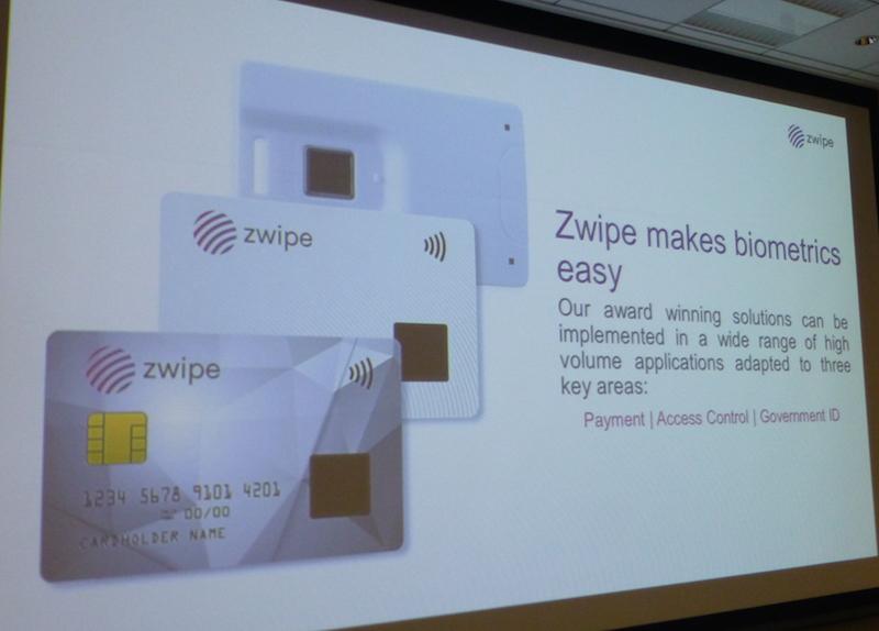 写真④ Zwipe社の製品ラインアップ。手前から接触/非接触両搭載のZwipe対応デュアルインターフェースカード、Zwipe対応非接触ICカード、入退管理向けの「Zwipeアクセス」デバイス