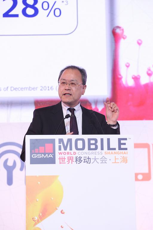 ▲基調講演に立ったKDDIの田中孝司社長。日本からはモバイルキャリアのブース出展もなく、今年のMWCでは日本企業の参加意欲が減退した印象を受けた。
