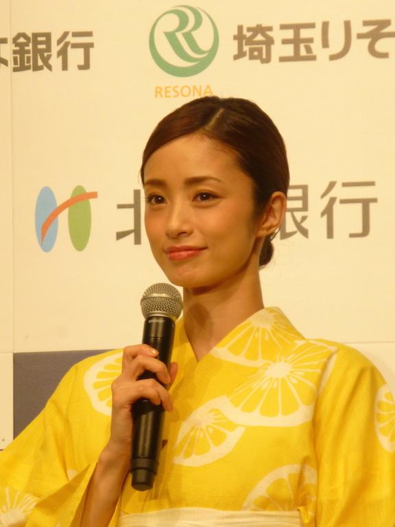 ▲VisaデビットのCMキャラクターを3年間務めているタレントの上戸 彩さん。浴衣の着用は、撮影では30代になって初めてとのこと