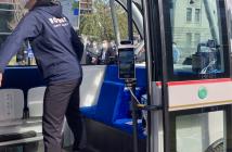 バス乗車口に設置されたAIZE Biz+(出典:トリプルアイズと岐阜市役所、岐阜ダイハツ販売、パナソニック カーエレクトロニクス、Facetyの報道発表資料より)